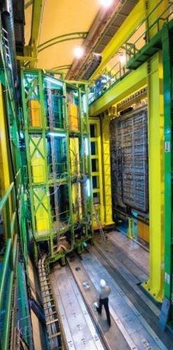 Haushohes Experiment: Während des Aufbaus des 21 Meter langen, 10 Meter hohen und 5600 Tonnen schweren LHCb-Detektors konnten die Physiker durch diesen hindurchgehen.