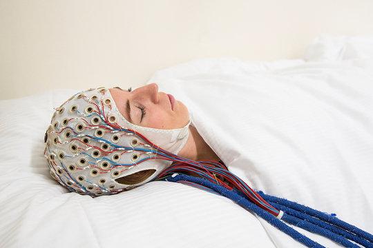 Schlafen für die Forschung: Im Schlaflabor des Max-Planck-Instituts für Psychiatrie messen Wissenschafler die Hirnströme von Probanden, zeichnen die Augenbewegungen auf und nehmen regelmäßig ein wenig Blut ab, um die Menge bestimmter Hormone zu analysieren.