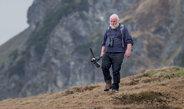 Hans-Günther Bauer kämpft seit mehr als 20 Jahren gegen den Rückgang vieler Vogelarten und setzt sich für mehr Wildwuchs in der Landwirtschaft, in Wäl