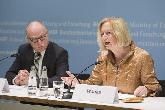 Max Planck President Martin Stratmann and Federal Minister Johanna Wanka at the press conference. The President of the German Rectors' Conference, Horst Hippler, joined the conference via video link.