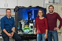 <p>Group photo with green algae: Oliver Bäumchen, Christine Linne and Christian Kreis (from left to right) are studying the adhesion of algae on surfa