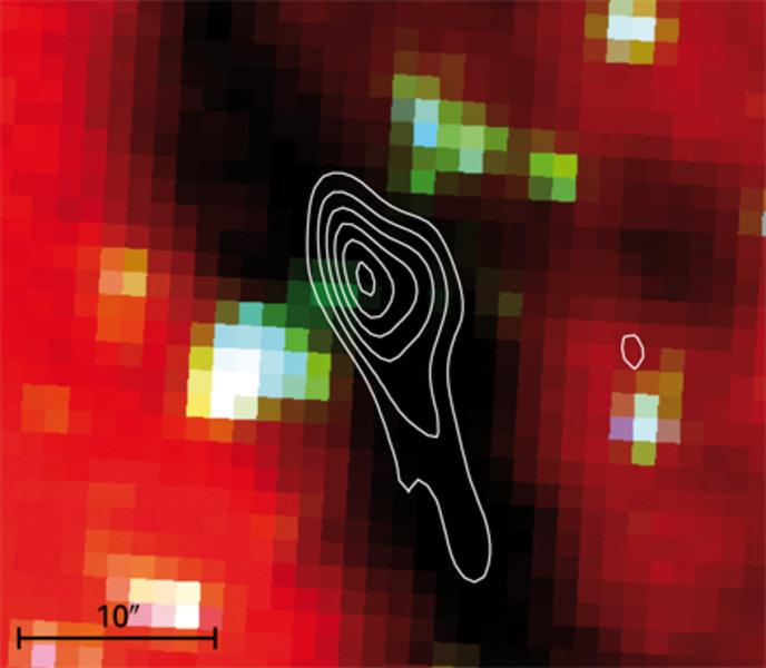 Überlagerung von drei Spitzer-Aufnahmen bei den Wellenlängen 3.6 µm (blau), 4.5 µm (grün) und 8 µm (rot). Die Konturdarstellung zeigt die Emission bei