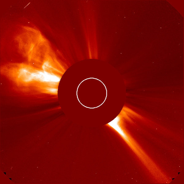 Aufnahme einer Sonneneruption mit dem Koronagraphen LASCO an Bord der Sonnensonde SOHO. Die Sonne verbirgt sich hinter der Scheibe, ihre Lage und Größ