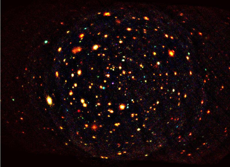 Auf der bisher längsten mit XMM-Newton gemachten Aufnahme (Belichtungszeit etwa eine Million Sekunden) zeichnen sich mehrere Hundert Röntgenquellen ab
