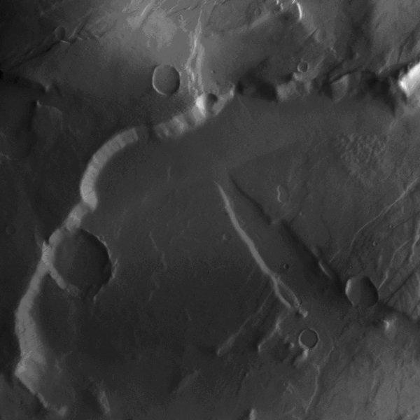 Die Aufnahme zeigt einen Teil des nordwestlichen Randes der Region Tempe Terra auf der Nordhalbkugel des Mars. Das abgebildete Gebiet ist etwa 55 Kilo