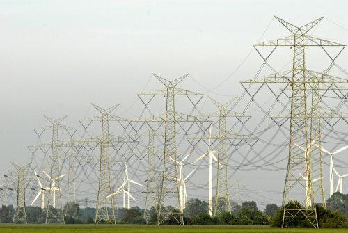 Sonne und Windkraft können das Stromnetz stabilisieren. In einem Stromnetz mit vielen kleinen Kraftwerken fällt seltener der Strom aus – neue Leitunge