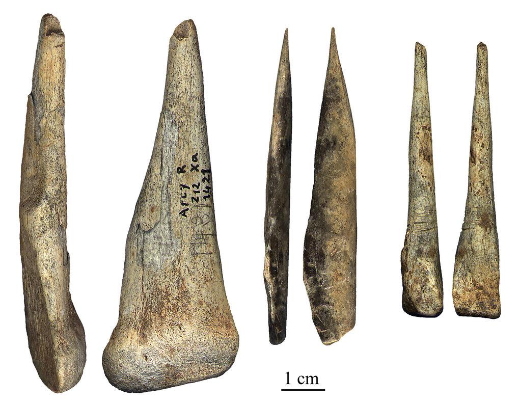 """Von Neandertalern während der archäologischen Kultur """"Châtelperronien"""" hergestellte Knochenartefakte aus der Grotte du Renne. (Arcy-sur-Cure, Frankrei"""