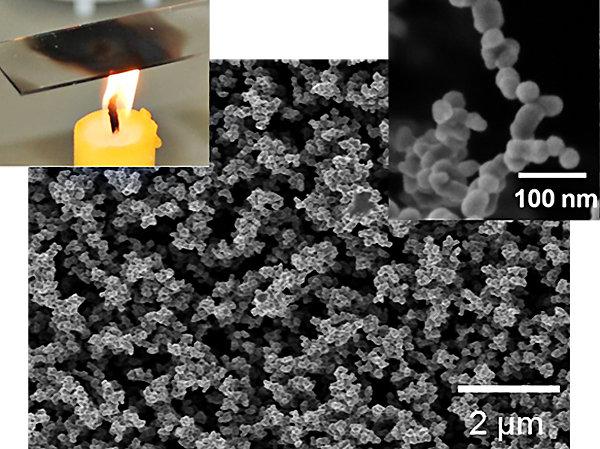<strong>Abb. 2:</strong> Rasterelektronenmikroskopische Aufnahme einer superamphiphoben Oberfläche. Die Ummantelung von Kerzenruß (oben rechts) mit ei
