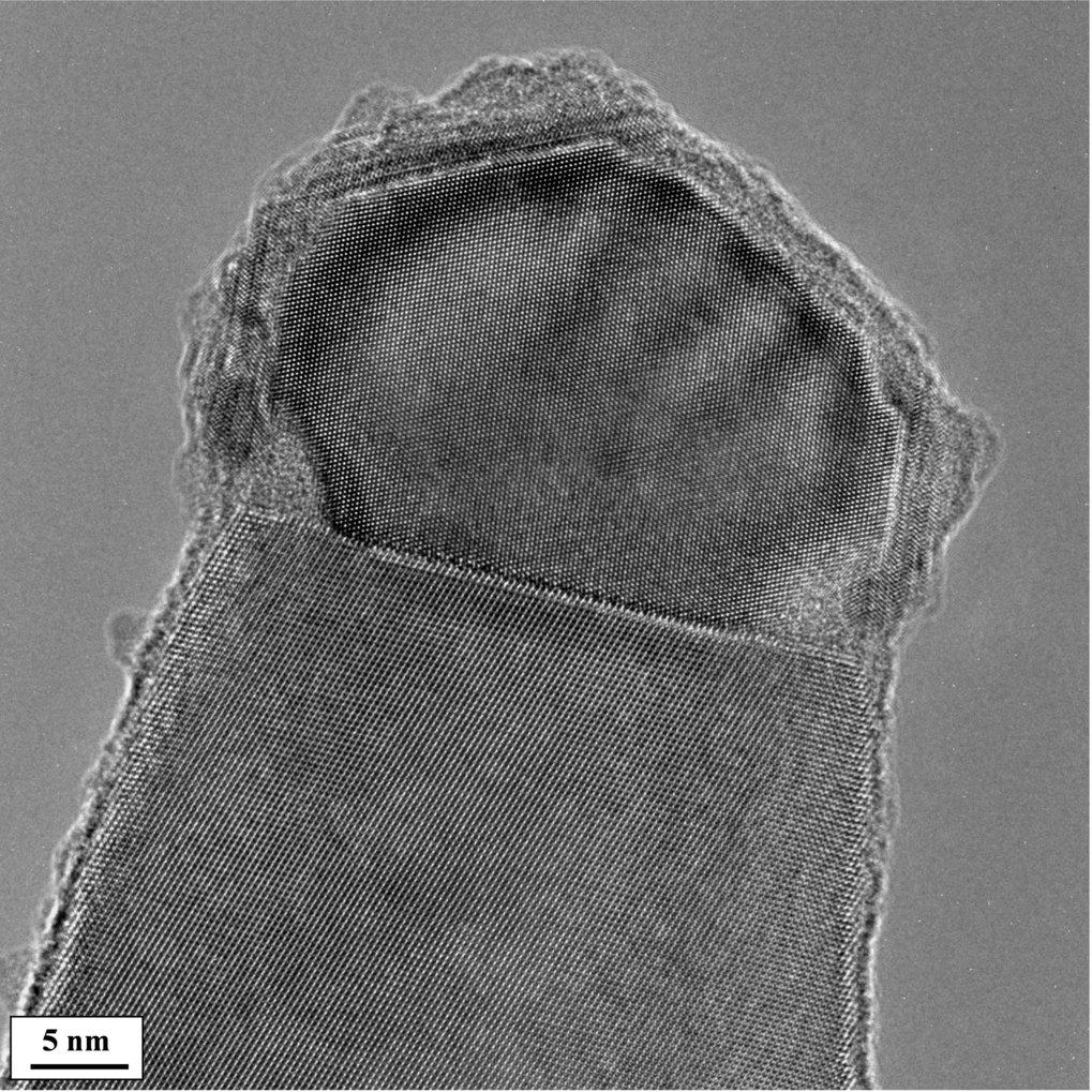<p>In der Wachstumszone eines Nanodrahtes: Ein Aluminiumtropfen nimmt an seiner Oberfläche Silicium auf, das in der Umgebung in Form von Silan enthalt