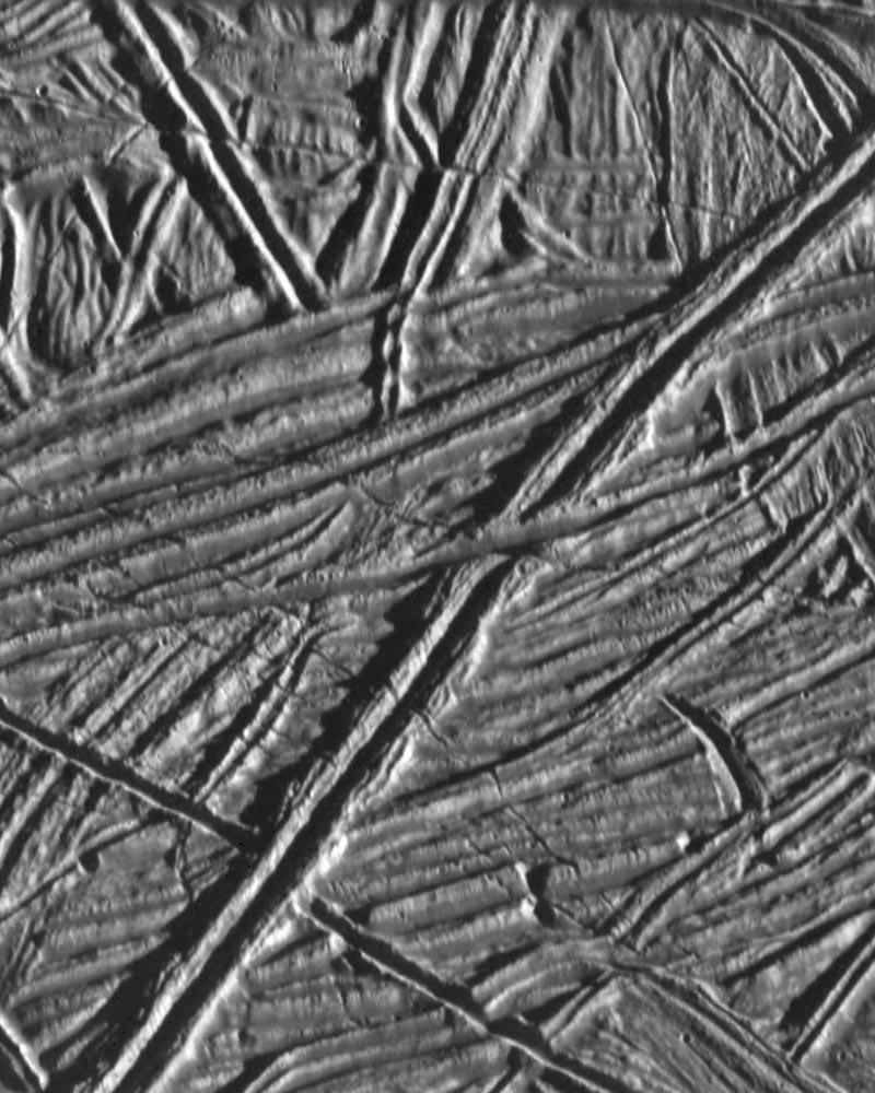 <p>Zerfurchtes Terrain: Die äußere Eisschicht des Jupitermonds Europa zeigt ein filigranes Netz aus großen und kleinen Rissen. Das Bi