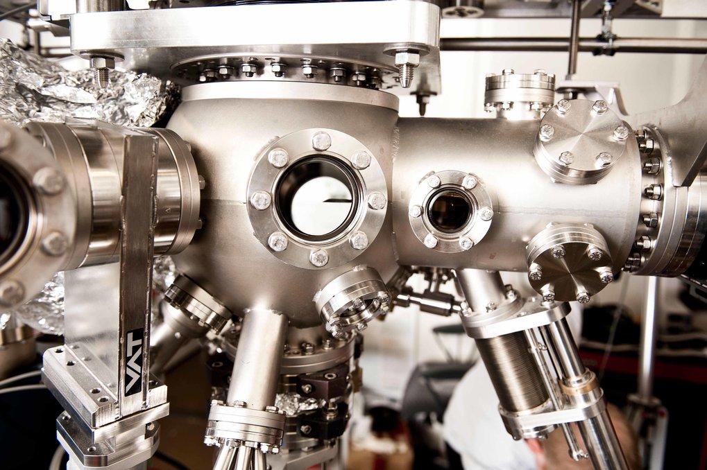 Gut vorbereitet: Bevor die Stuttgarter Forscher Proben in einem extrem empfindlichen Rastertunnelmikroskop untersuchen, präparieren sie die Oberf