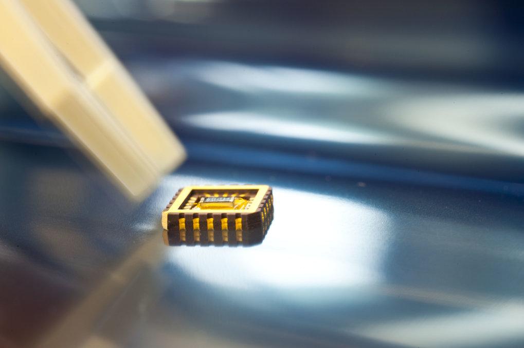 Für die Bauelemente wird Graphen mit einem Klebeband von einem Graphitkristall abgelöst, auf einem Träger mit Elektroden versehen und i