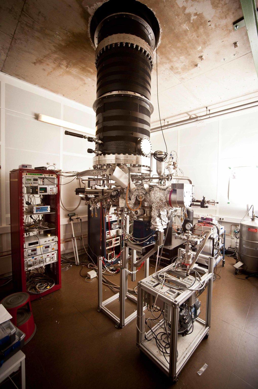 <p>Forschung über zwei Ebenen: Durch ein Loch in der Decke ragt der äußere Vakuumtopf des Rastertunnelmikroskops ins obere Stockwerk.