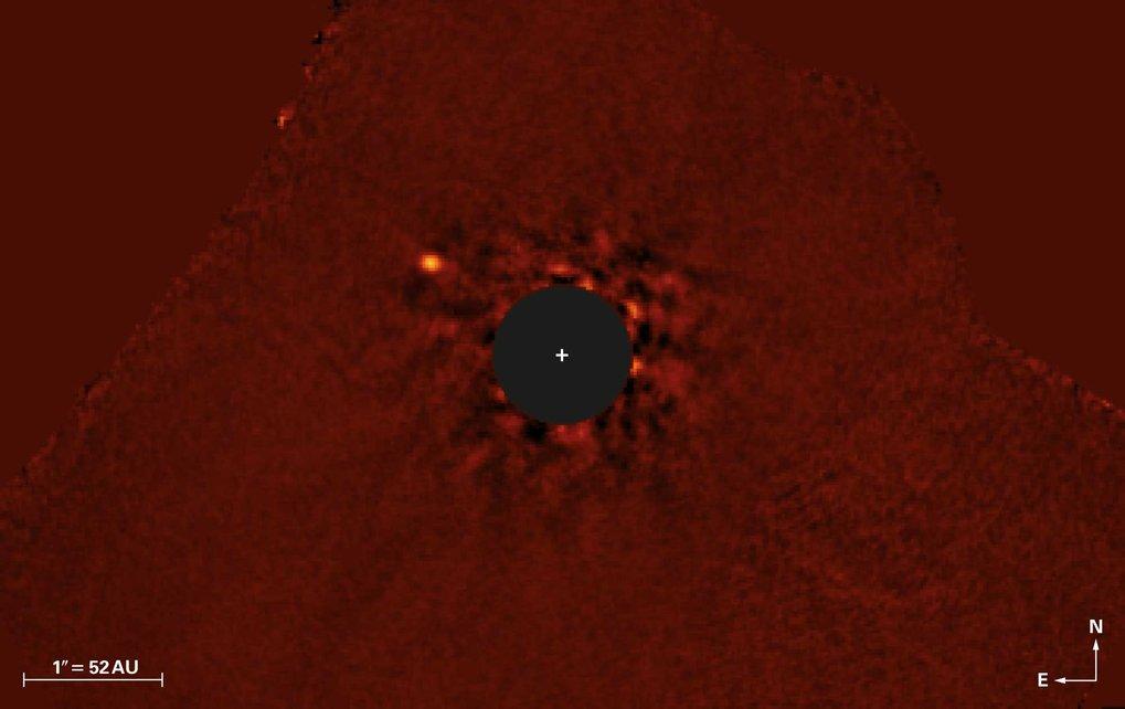 Abb. 1: Falschfarbenes Nahinfrarotbild (3,8 Mikrometer Wellenlänge) des κ And (Kappa Andromedae)-Systems, aufgenommen mit dem Subaru-Teleskop auf Hawa