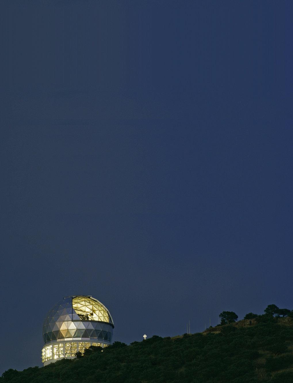 Abb. 1: Abendbild mit dem Hobby-Eberly-Teleskop am McDonald-Observatorium in Texas. Mithilfe dieses Teleskops nahm Remco van den Bosch (MPIA) die Spek
