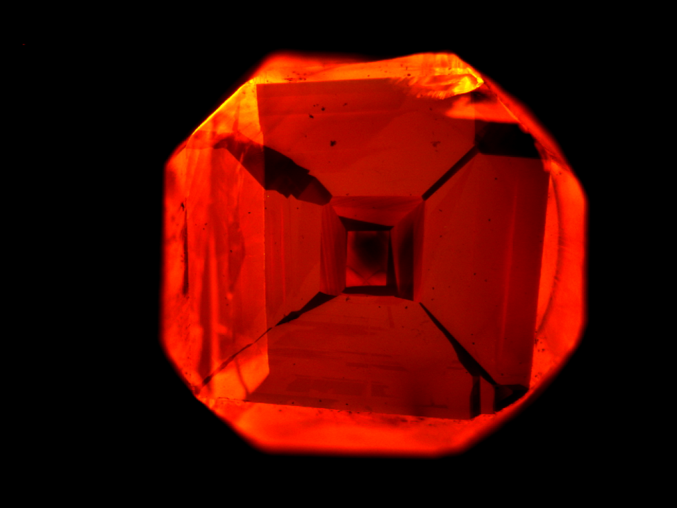 Luminous defects: Nitrogen dopants in a diamond can be excited with green light so that the gemstone glows red. The diamond which the Stuttgart-based