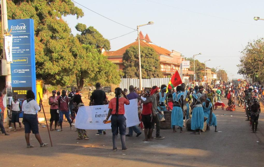 """Abb. 1: Karneval in Bissau. Aufmarsch der """"Grupo Cultural de Empantcha"""", deren Transparent auf Kriol neben dem Namen der Gruppe auch deren Slogan verk"""