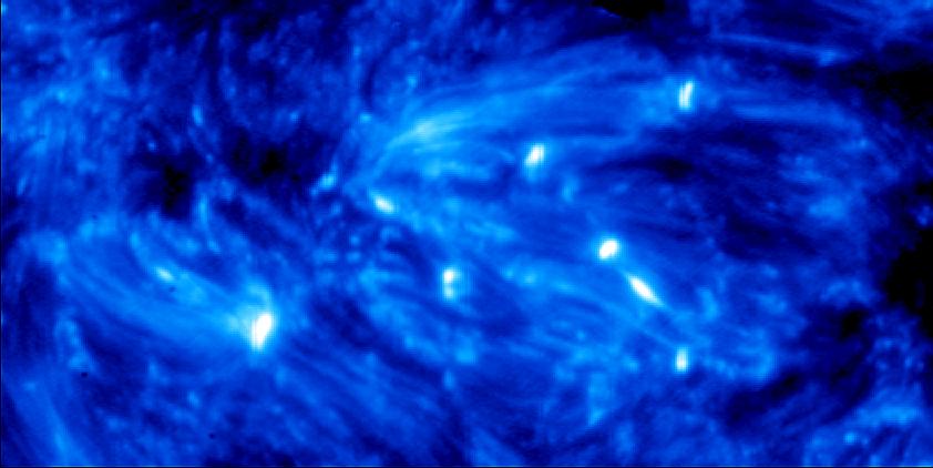 <p>Brodelndes Gestirn: Auf diesem Bild der Fotosph&auml;re, aufgenommen vom Weltraumteleskop IRIS Ende September 2013, machen sich die Explosionen als