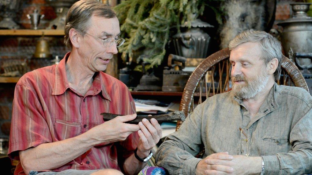Svante Pääbo (links) und Nikolay Peristov im Gespräch über den Fund aus Ust'-Ishim.