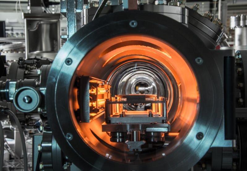 <strong>Abb. 1: </strong>Blick in das Transportsystem der Depositionsanlage, das sich unter Ultrahochvakuum befindet.