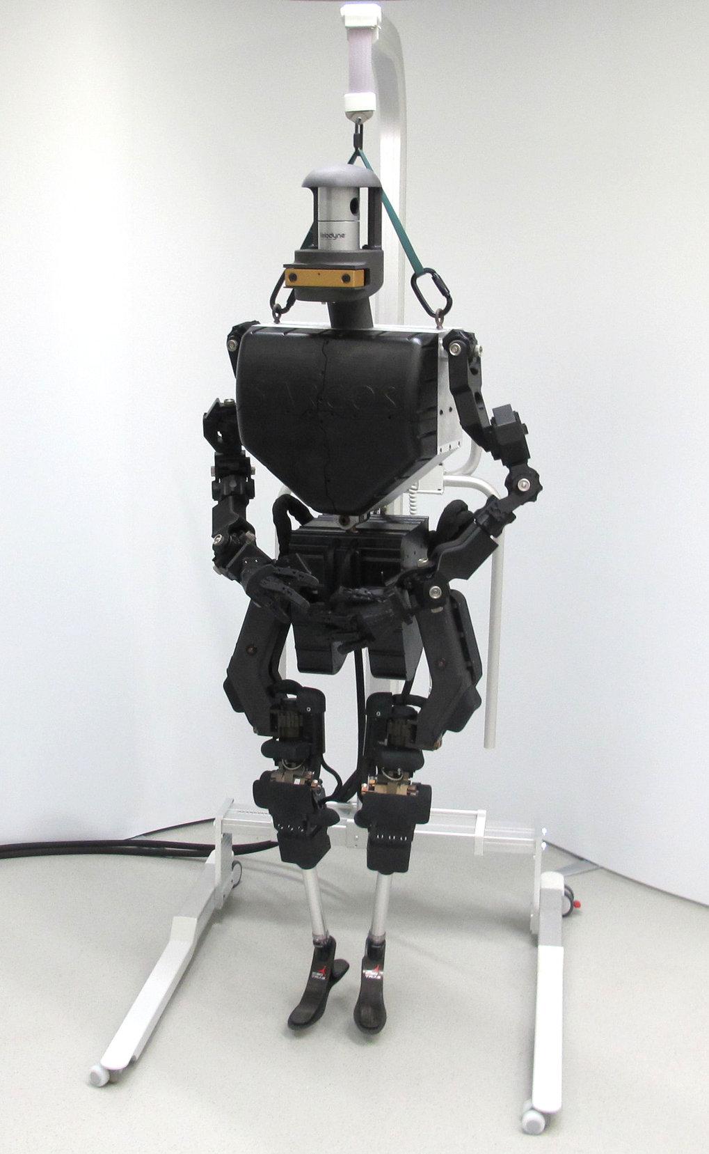 <p><strong>Abb. 1:</strong> Der humanoide Roboter Athena ist 1,88 m groß. Mit nuretwa 50 kg ist er besonders für hochdynamische Beweg