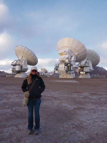 Abb. 2: Jacqueline Hodgevom Max-Planck-Institut für Astronomie vor einigen der ALMA-Antennen während der Kommissionierungsphase des Teleskopverbunds
