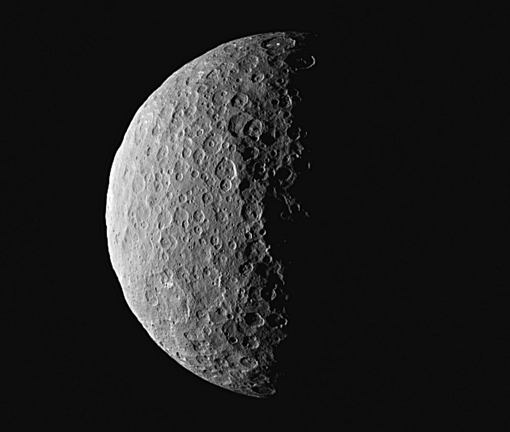 View of the North Pole: at the top of this image of Ceres, the bright spots are visible which could already be seen when Dawn was approaching the dwar