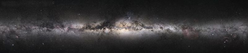 <strong>Abb. 1:</strong> Unsere Milchstraße im sichtbaren Licht. Die dunklen Stellen sind Molekülwolken, wo winzige Staubteilchen das Licht