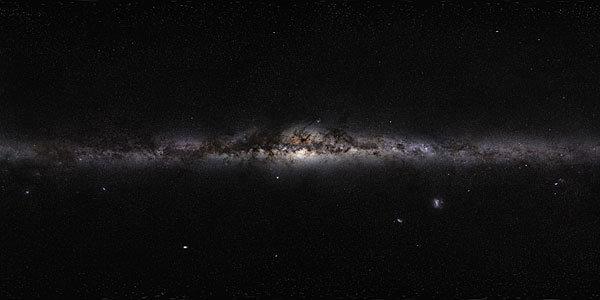 <strong>Abb. 1:</strong> Innere Milchstraße im sichtbaren Licht. Im Zentrum der ausgedehnten Sternscheibe erkennt man den Galaktischen Bulge. Die dunk
