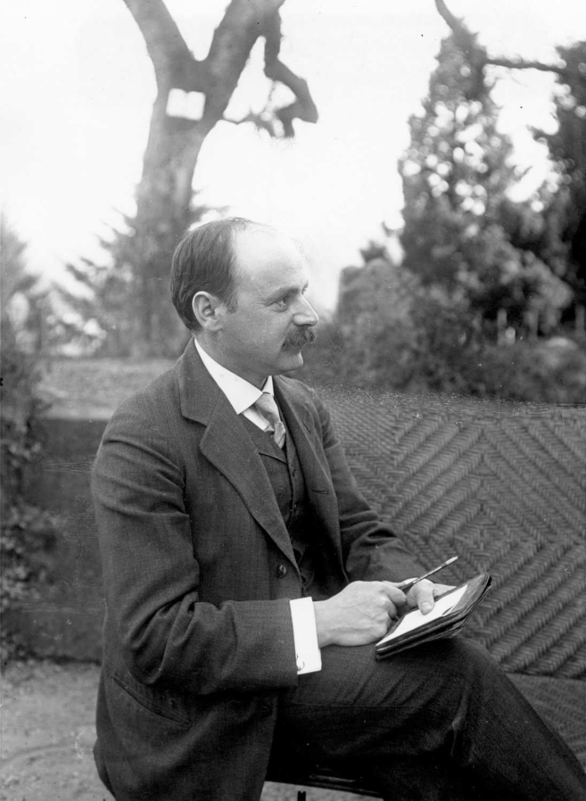 <p>Höhere Mathematik: Karl Schwarzschild berechnete 1916 – auf Grundlage der allgemeinen Relativitätstheorie – die Größe und das Verhalten eines nicht