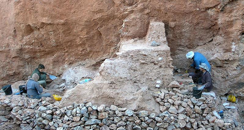 Die Ausgrabungsstätte bei Jebel Irhoud (Marokko): Die Fossilien wurden in den Sedimenten vor der Stelle gefunden, an der die beiden Archäologen links