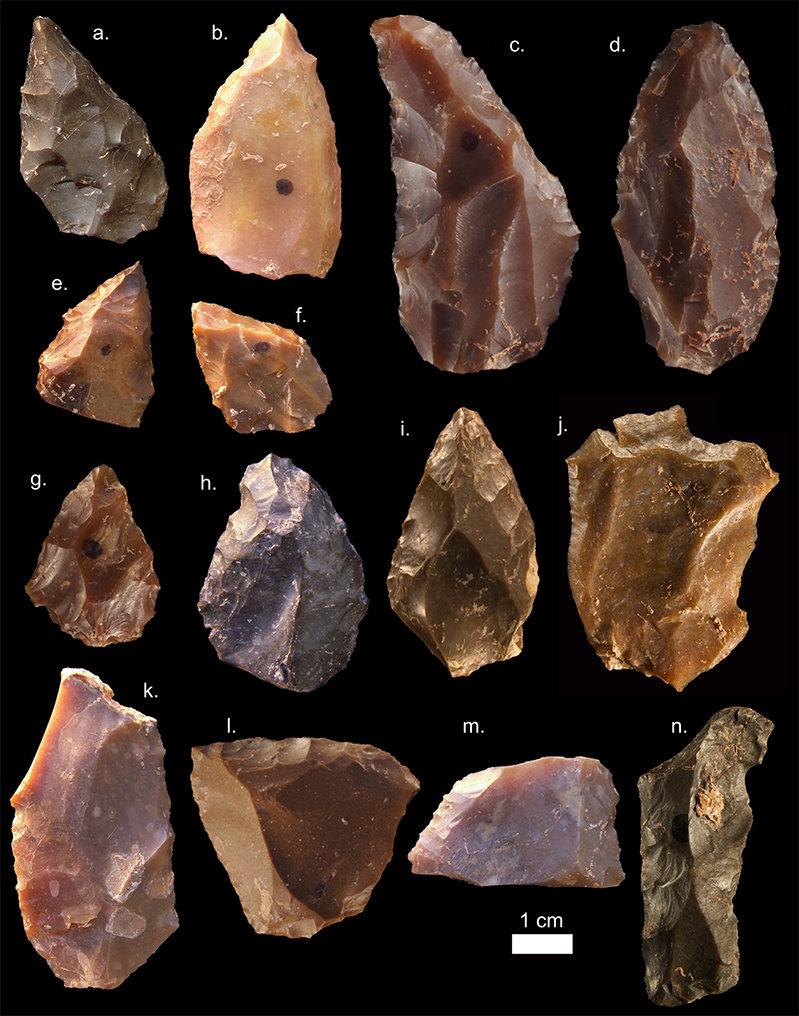 Steinwerkzeuge aus der Mittleren Steinzeit aus Jebel Irhoud (Marokko). Spitzformen wie a-i sind üblich. Ebenfalls charakteristisch sind die Kernsteine