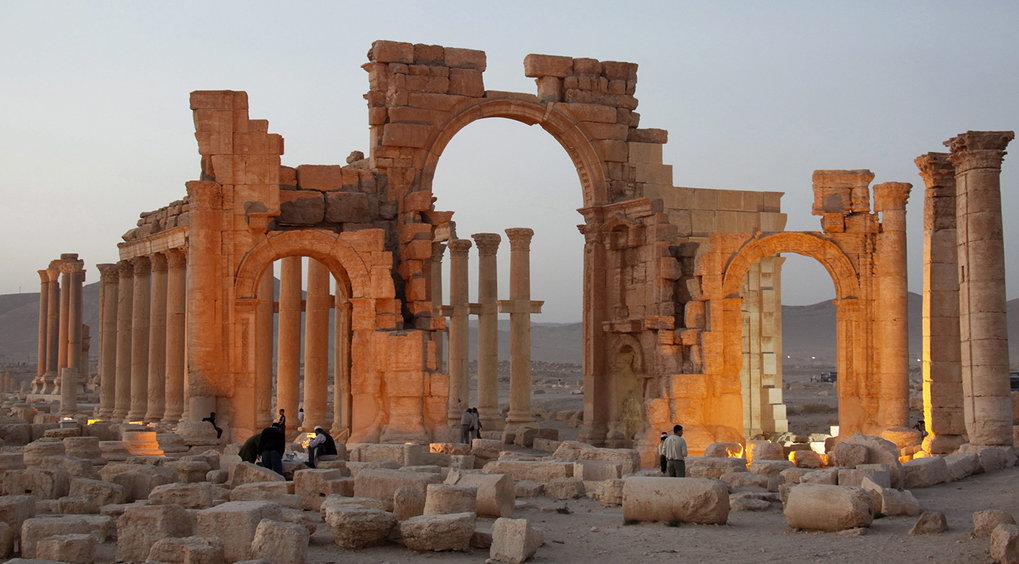 """Das Hadrianstor in der antiken Oasenstadt Palmyra steht so nicht mehr. Es wurde 2015 vom """"Islamischen Staat"""" gesprengt. Der Status als UNESCO-Welterbe"""