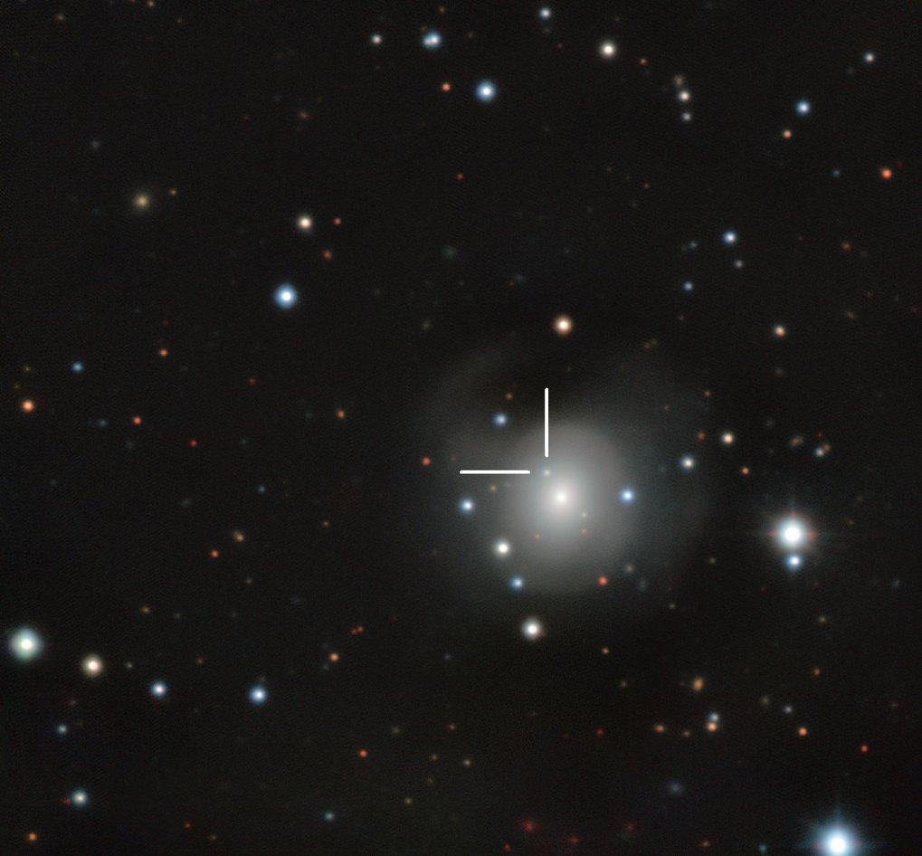Lichtpunkt im Fadenkreuz: Das Bild zeigt die etwa 130 Millionen Lichtjahre von der Erde entfernte Galaxie NGC 4993 im Sternbild Hydra, in der die beid