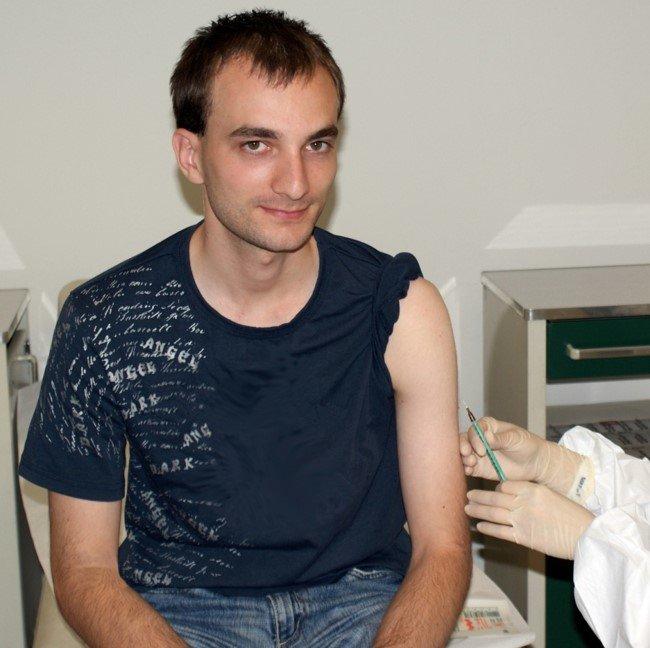 Impfung eines Probanden während einer Phase-Ia-Studie. Der Impfstoff-Kandidat VPM1002 soll bei Erwachsenen eines Tages zur Auffrischung einer Impfung