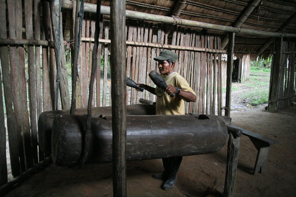 Die im Amazonasgebiet lebenden Boras ahmen den Rhythmus ihrer Sprache mit Trommeln nach.