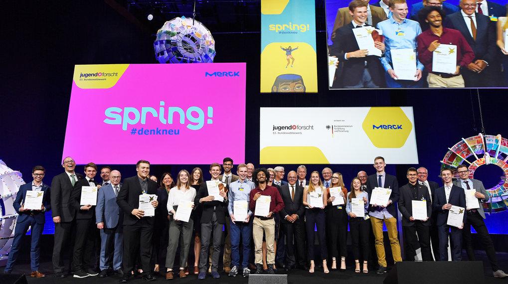 Freude in Darmstadt - die Bundessieger 2018 mit den Preistiftern.