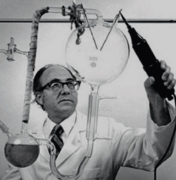 Evolution im Labor: Zusammen mit Harold Clayton Urey gelang es Stanley Miller (im Bild) in den 1950er-Jahren, in einem Reaktionsgefäß organische Molek