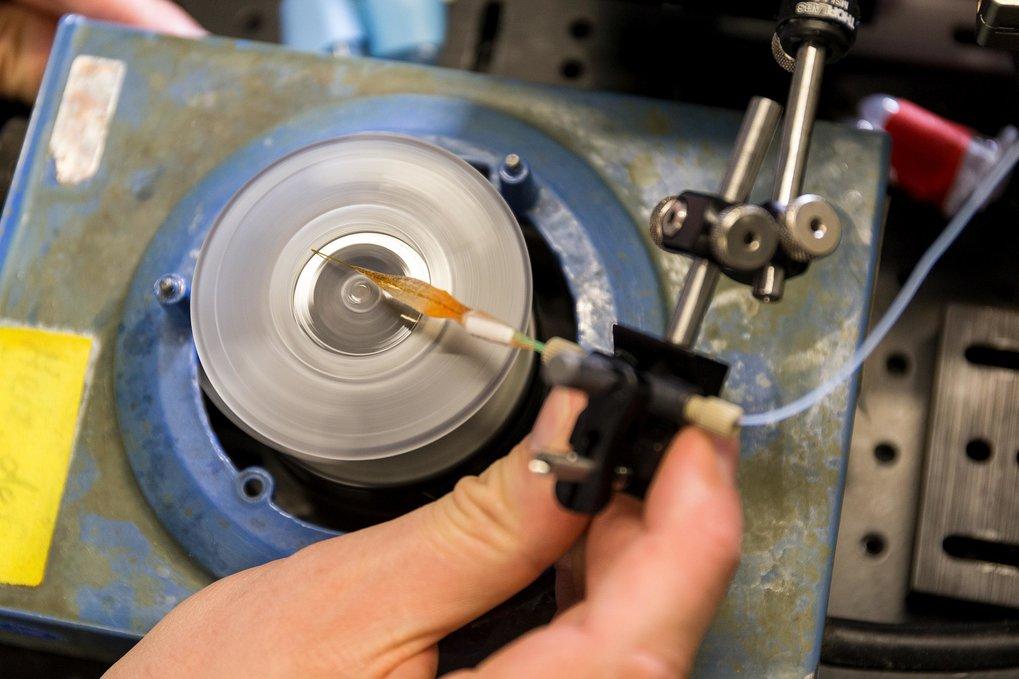 Maßarbeit: Mittels eines speziellen Versuchsaufbaus können die Forscher die Min-Proteine direkt in den künstlichen Vesikeln verkapseln.