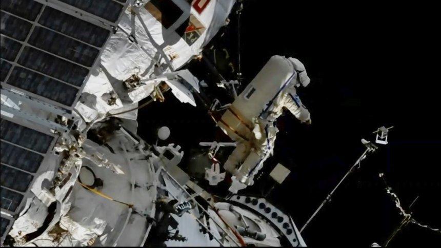 Der russische Kosmonaut Sergej Prokopjew im ISS-Außeneinsatz
