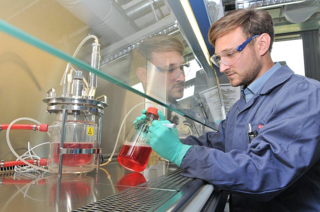 <span>Alexander Nikolay bereitet im Max-Planck-Institut für Dynamik komplexer technischer Systeme einen Bioreaktor für einen Versuch vor. In einem Gef