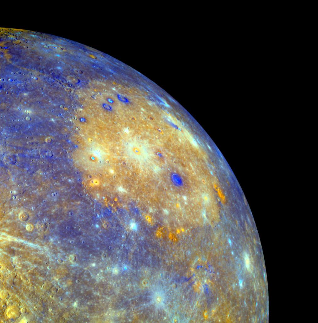 Diese Aufnahme des Merkurs gelang der NASA-Raumsonde MESSENGER, einer Vorgängermission von BepiColombo. Die Oberfläche des Planeten ist in Falschfarbe