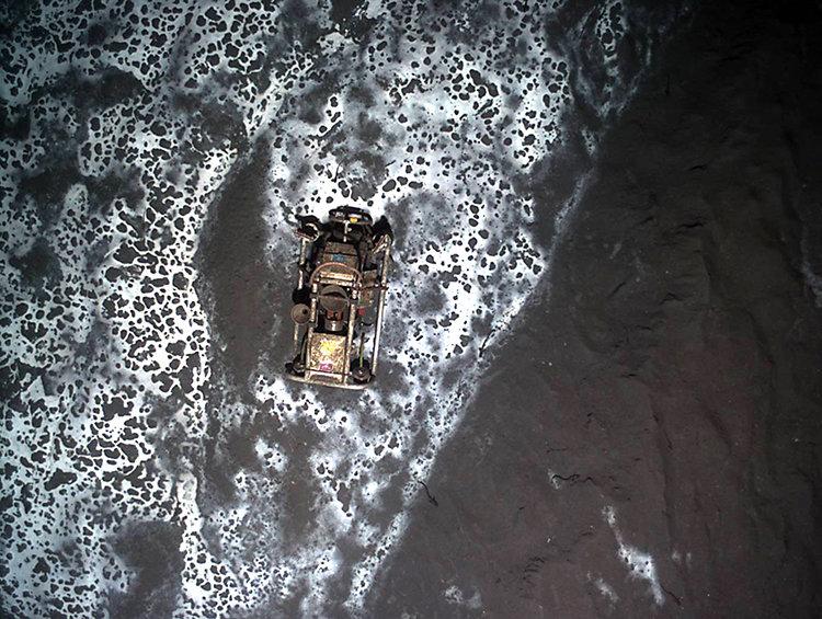 Blick von oben auf das Umfeld des Håkon Mosby Schlammvulkans. Frisch ausgebrochener Schlamm fließt über bereits verfestigten Schlamm, der mit einer we