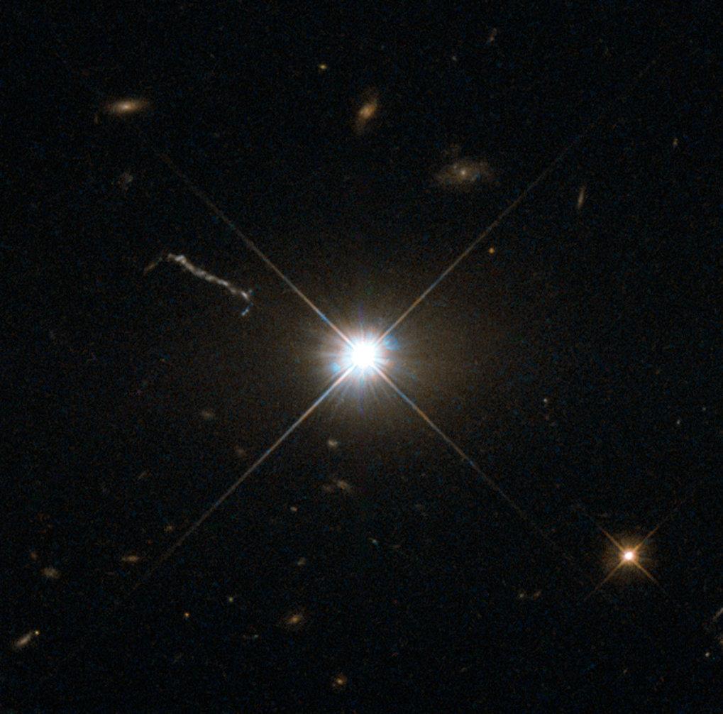 Kraftwerk im All: Der Quasar 3C 273 befindet sich in einer riesigen elliptischen Galaxie im Sternbild Jungfrau, etwa 2,5 Milliarden Lichtjahren von de
