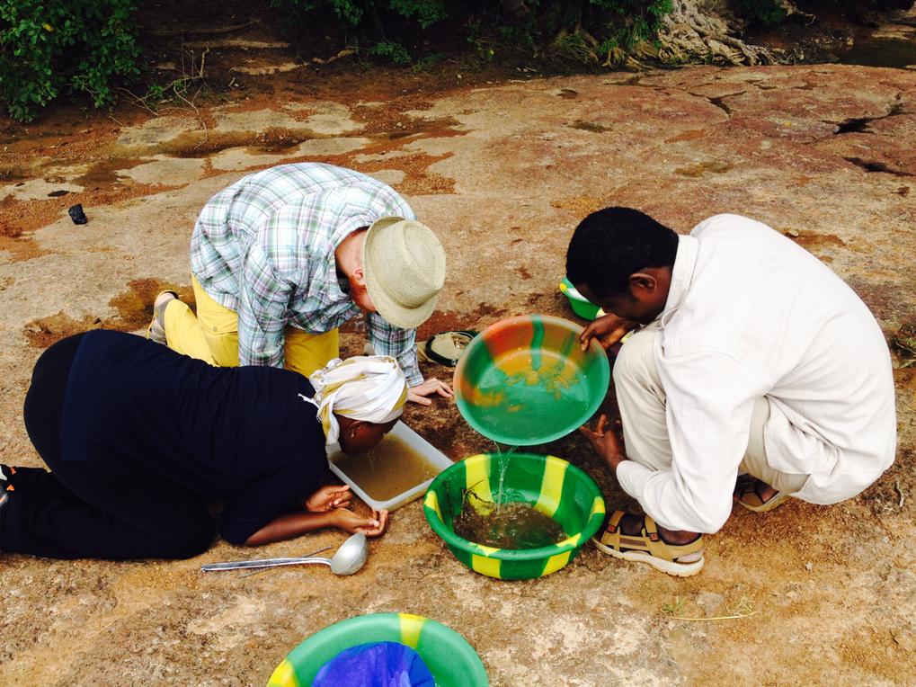 In Mali haben die Forscher mit Löffeln und Schöpfkellen Wasserproben nach Larven der Malariamücken durchsucht.