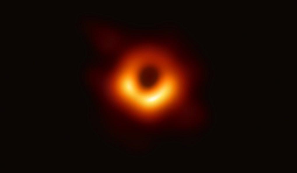 Massemonster im Blick: Das Bild ist der erste direkte visuelle Nachweis eines schwarzen Lochs. Dieses besonders massereiche Exemplar steckt im Zentru