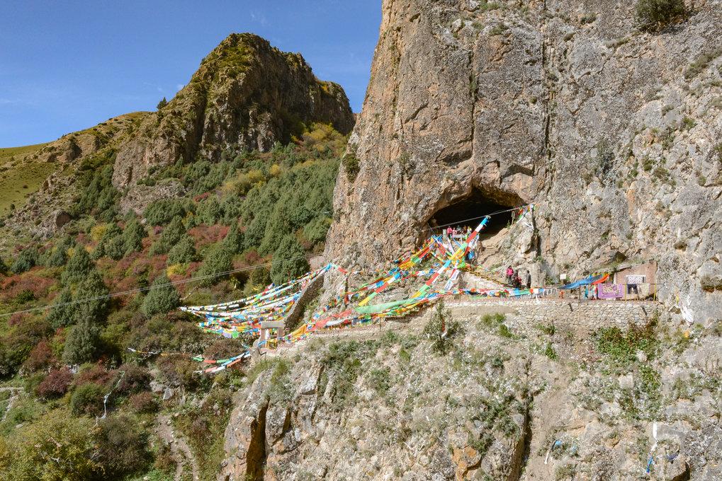 Die Höhle liegt nach Südosten und befindet sich etwa 40 Meter oberhalb des heutigen Jiangla-Flussbettes. Sie ist in der Region als buddhistische Höhle