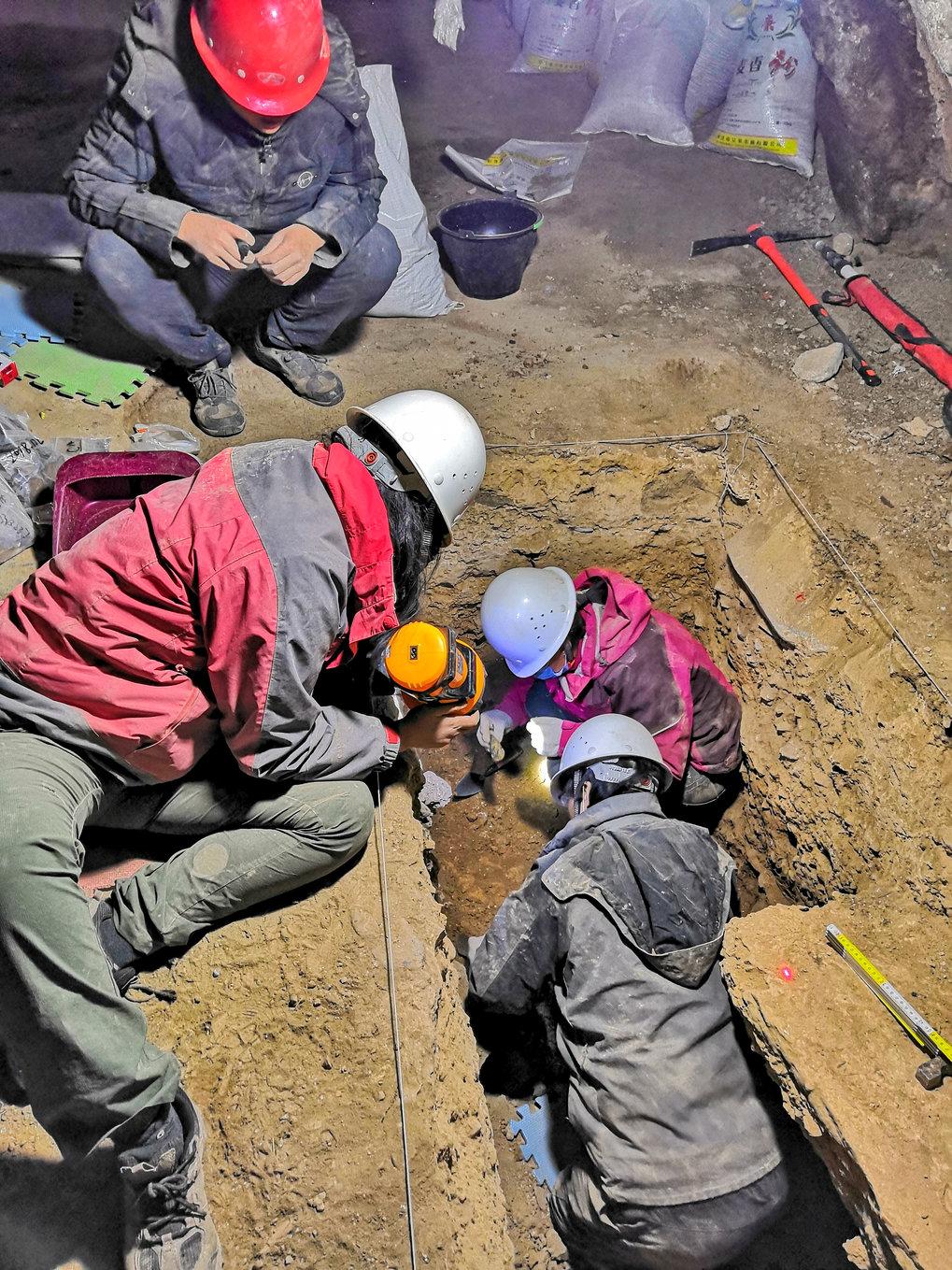 Ein Team um Dongju Zhang (oben rechts im Graben) führte 2018 Ausgrabungsarbeiten in einem von zwei jeweils zwei Quadratmeter großen Gräben in der Bais