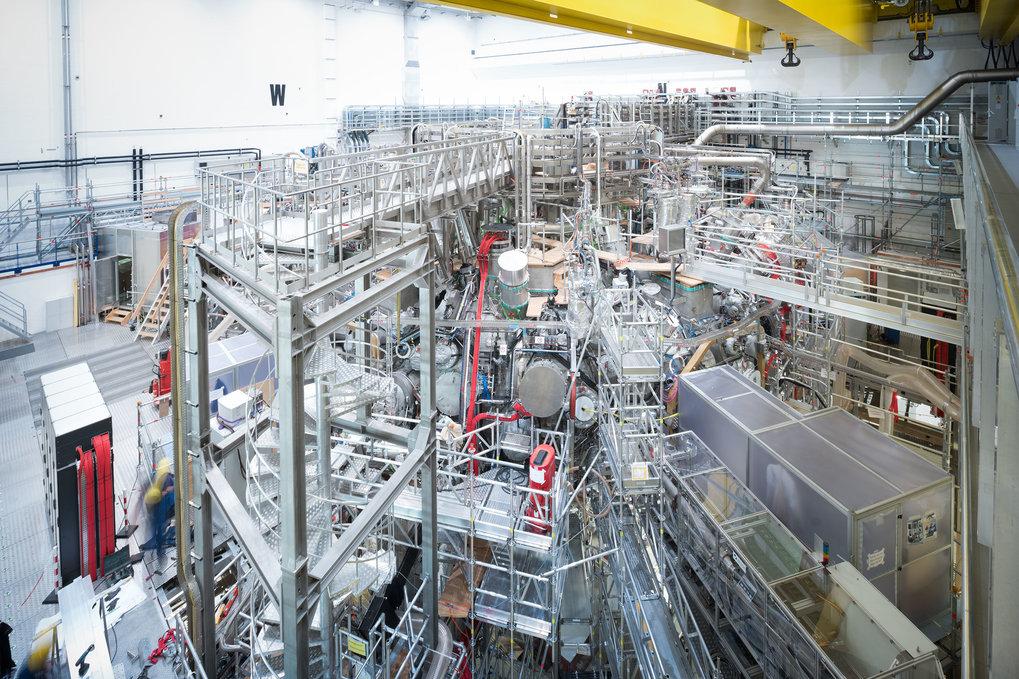 Ein Labyrinth der Technik: Verborgen unter einem Gewirr von Leitungen, Stutzen und Gängen liegt die Plasmakammer von Wendelstein 7-X.