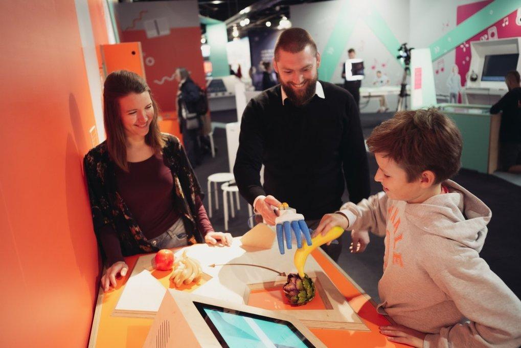 Von wegen starr und steif: Dieser Roboterarm kann mit seiner – mit Luft gefüllten – Hand sogar Obst und Gemüse greifen.